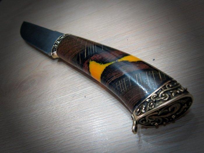 Пример рукояти ножа из гибрида дерева и эпоксидной смолы