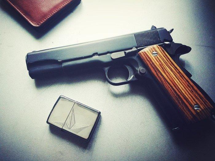 Пример деревянных накладок на рукояти пистолета