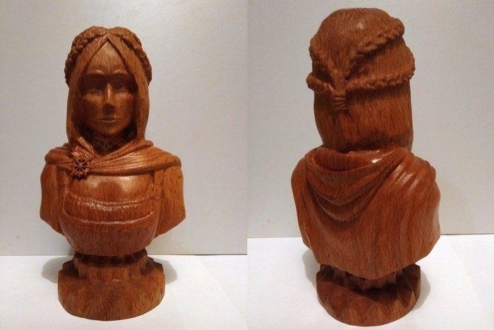 Пример объемной резьбы из древесины бука