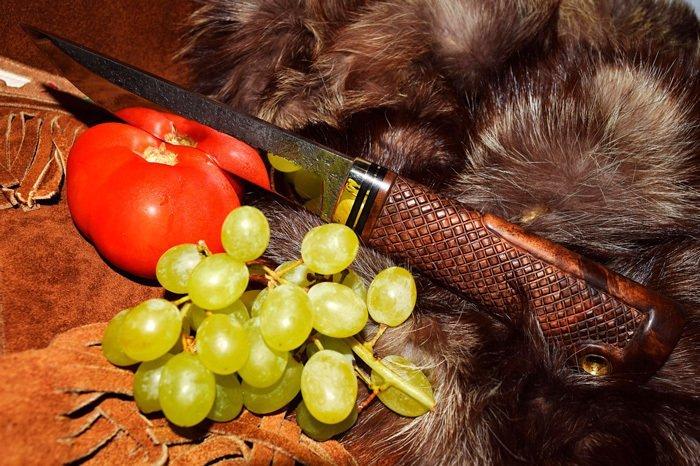 Нож с резной рукоятью из грецкого ореха