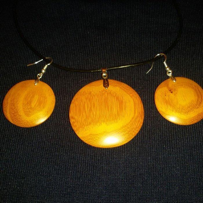Пример украшений из древесины шелковицы