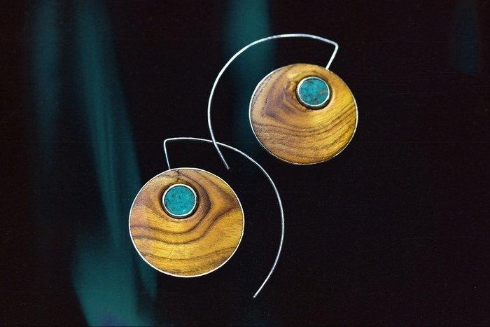 Пример серег из древесины скумпии
