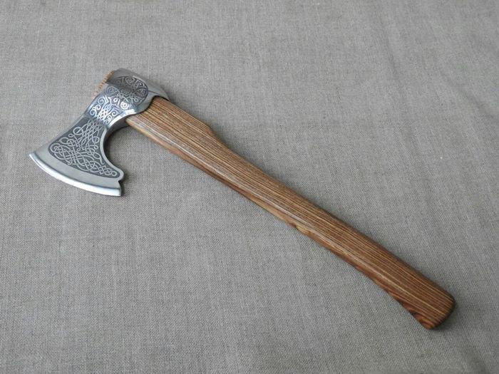 Пример топорища из древесины ясеня