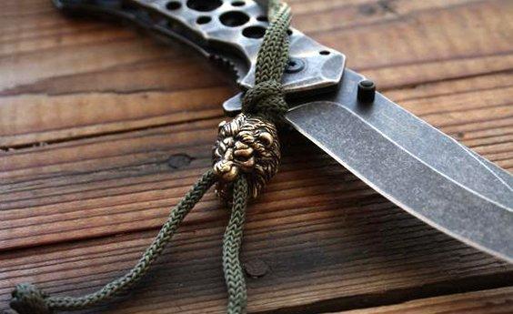 бронзовая бусина на темляке ножа