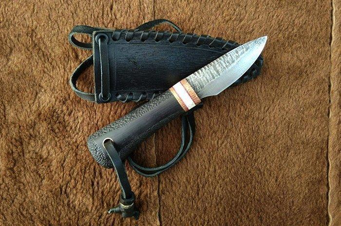 нож с отверстием под темляк на рукояти