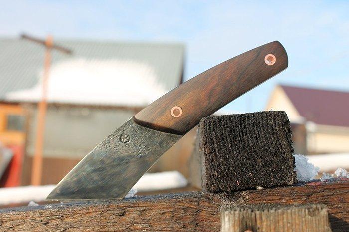 нож с деревянными накладками на рукояти