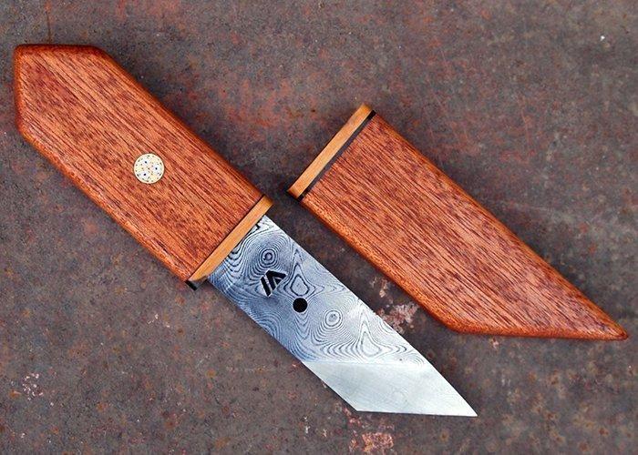 нож с мозаичным пином на рукояти