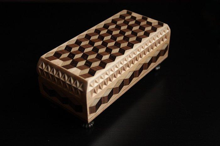 резная шкатулка из древесины