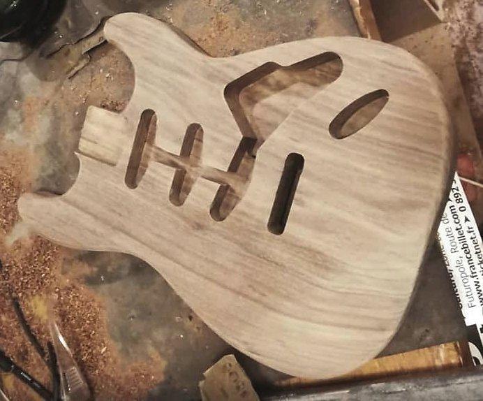 корпус гитары из древесины ясеня