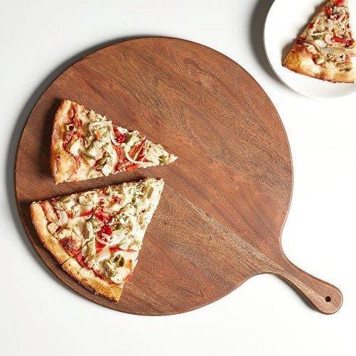 деревянная доска для подачи пиццы
