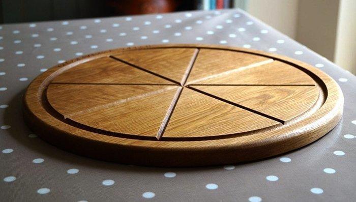 круглая деревянная доска для подачи пиццы с желобками