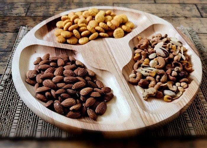 деревянное блюдо для подачи орехов