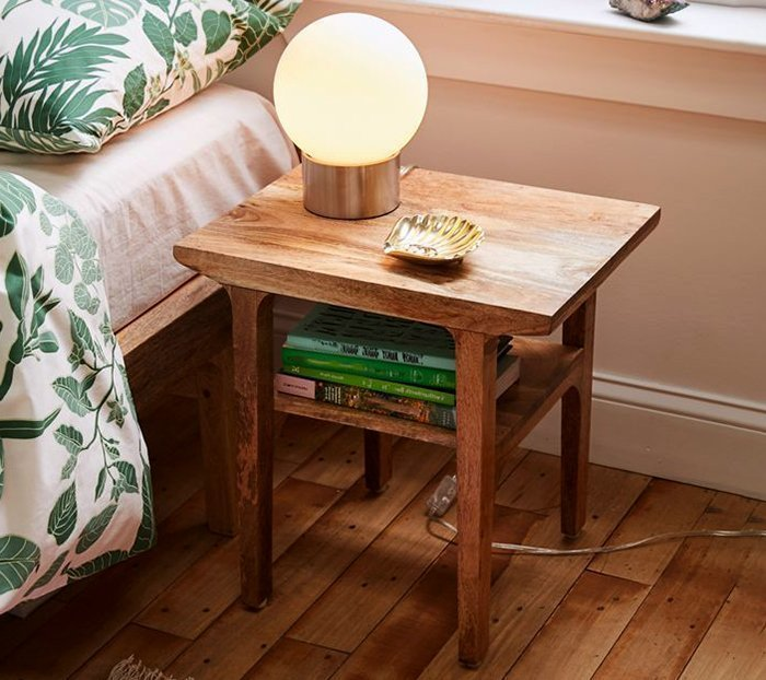 прикроватный столик из древесины