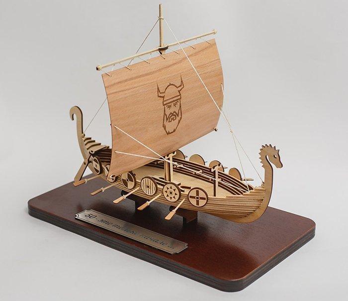 модель корабля из древесины