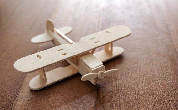 модель самолета из древесины бальсы