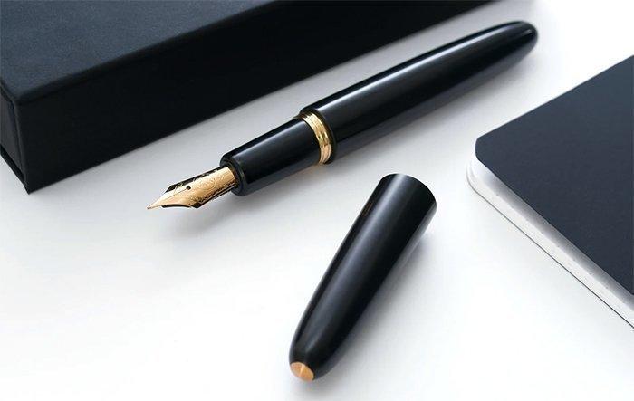 пишущая ручка с корпусом из эбонита