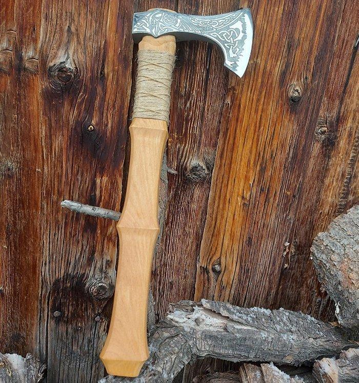 топор с топорищем из древесины клена