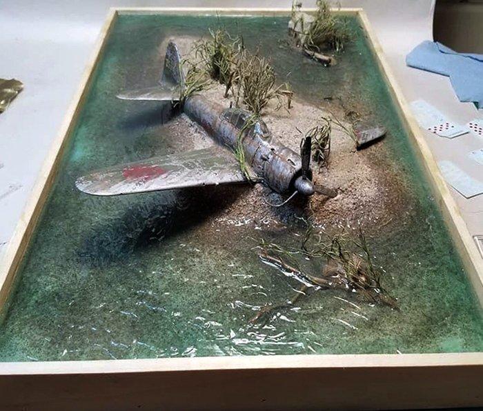 диорама с природным ландшафтом и самолетом
