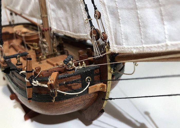 миниатюрная модель корабля с металлическими деталями