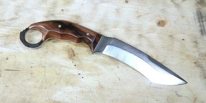 нож с рукоятью из плашек палисандра сантоса