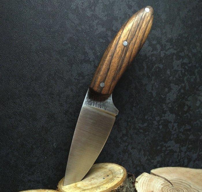 нож с накладной рукоятью из древесины амазаку