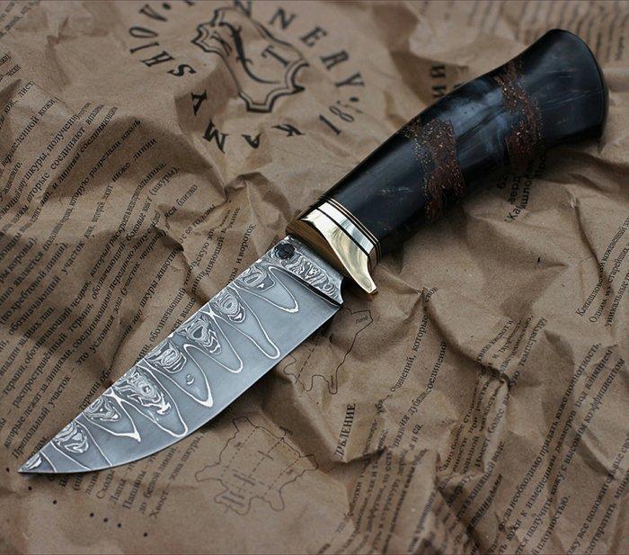 нож с рукоятью из стабилизированной древесины и эпоксидной смолы
