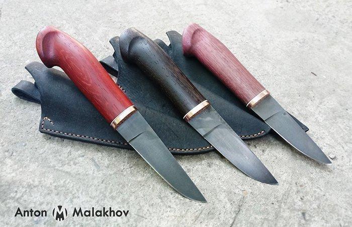 ножи с деревянными рукоятями и кожаными ножнами