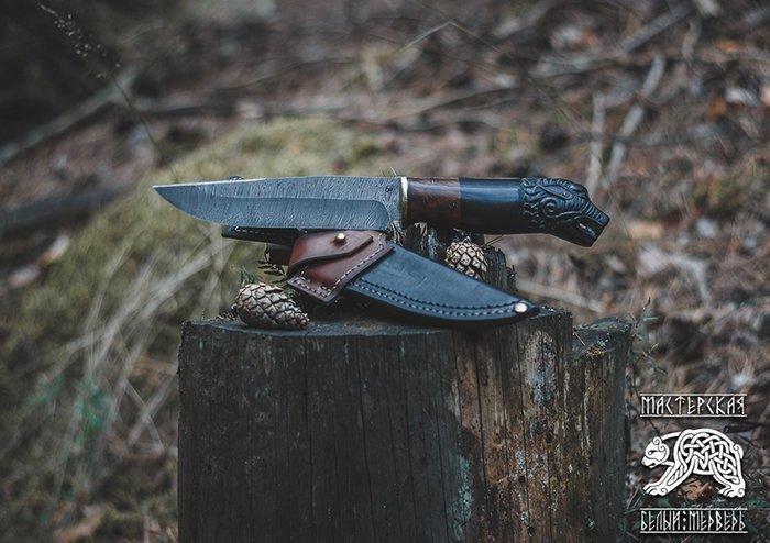нож с резной рукоятью и дамасским клинком