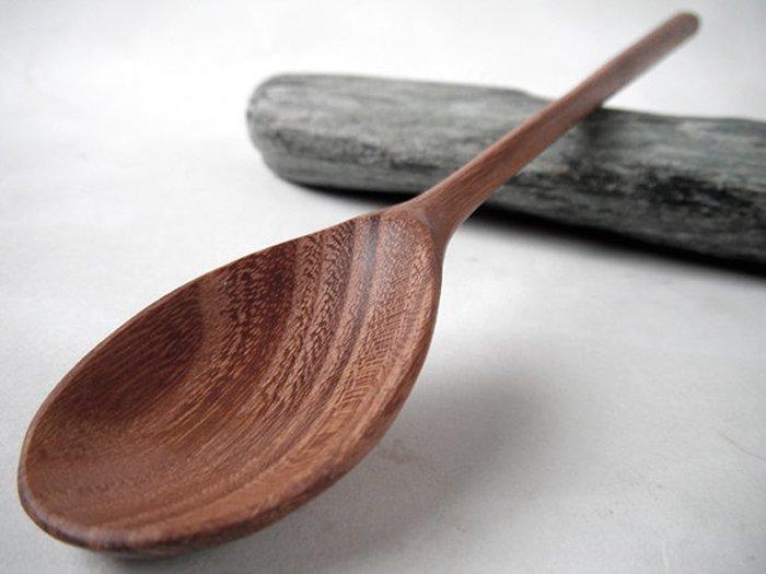 деревянная ложка из древесины гледичии