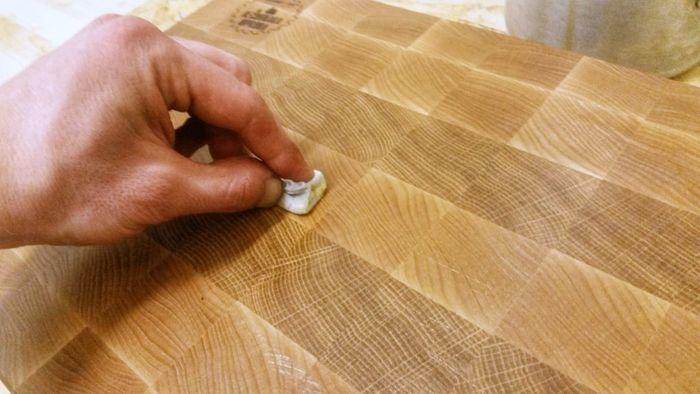 Покрытие торцевой разделочной доски маслом и воском