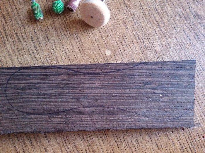 Разметка эскиза ложки на деревянной заготовке