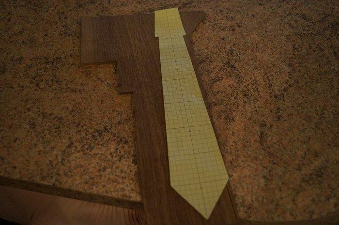 Разметка эскиза галстука на заготовке американского ореха