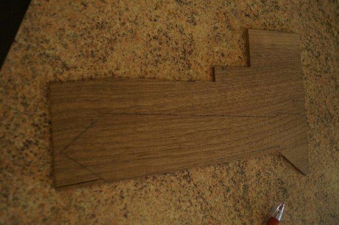 Разметка эскиза деревянного галстука на ламели американского ореха