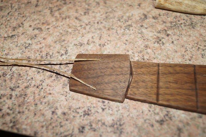 Сборка деталей деревянного галстука