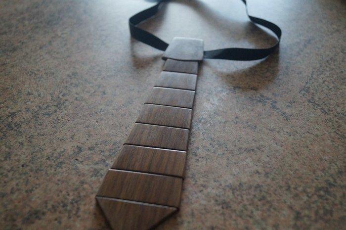 Деревянный галстук из сегментов