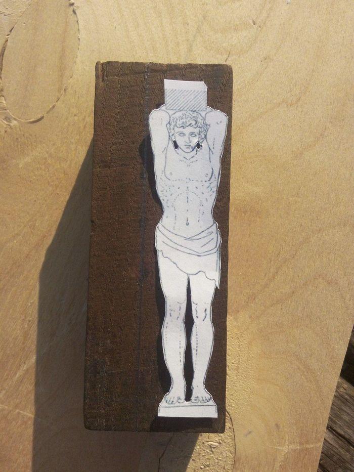 Приклеивание эскиза к деревянной заготовке