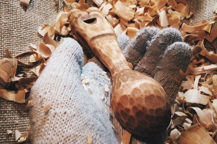 Задняя часть обработанной морилкой деревянной ложки