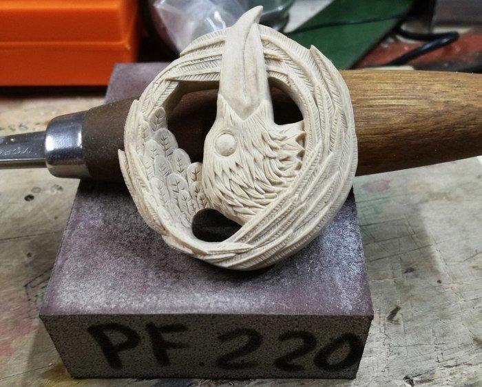 Отшлифованный кулон из древесины белого граба в форме ворона