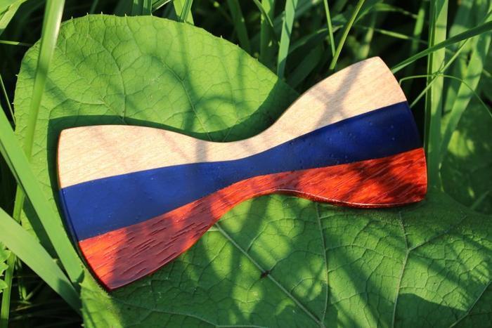 Готовый галстук-бабочка из древесины и эпоксидой смолы