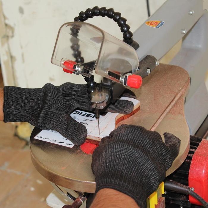 Пропиливание галстука бабочки на лобзиковом станке
