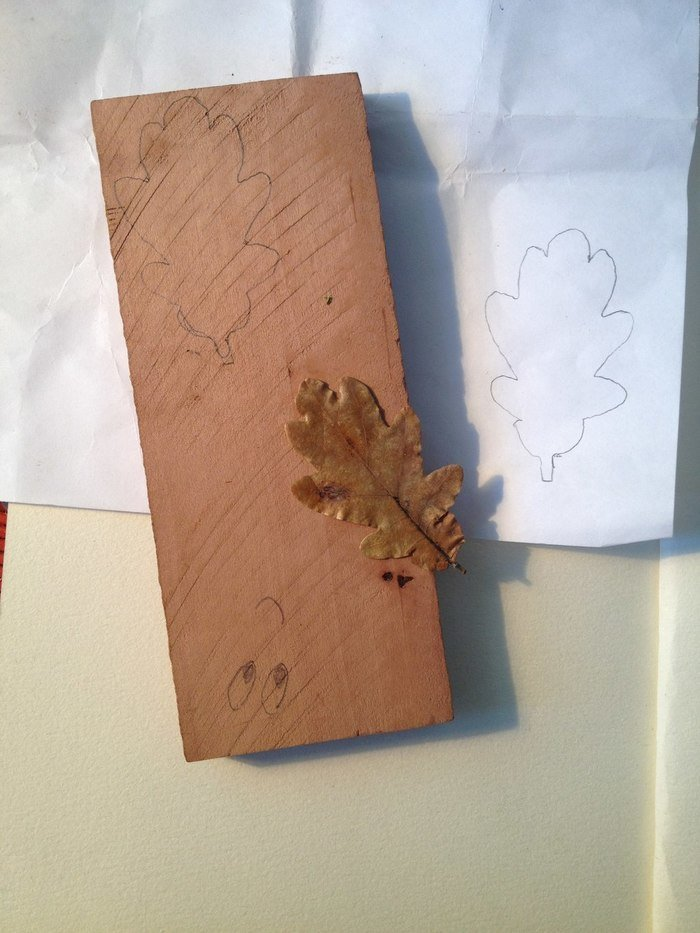 Эскиз резной броши на деревянной бруске