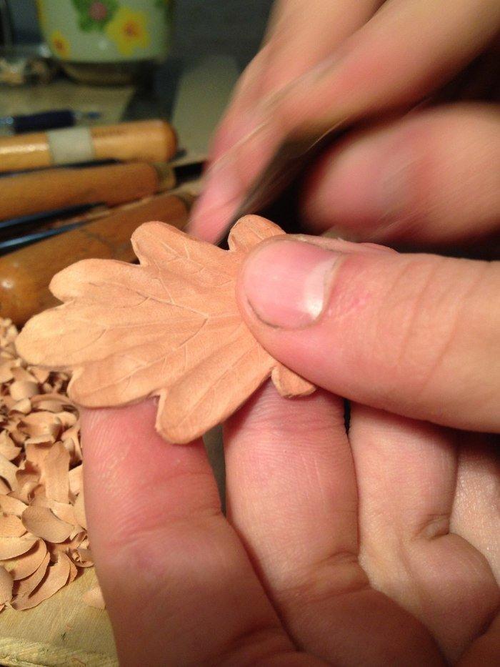 Шлифовка изделия из древесины груши