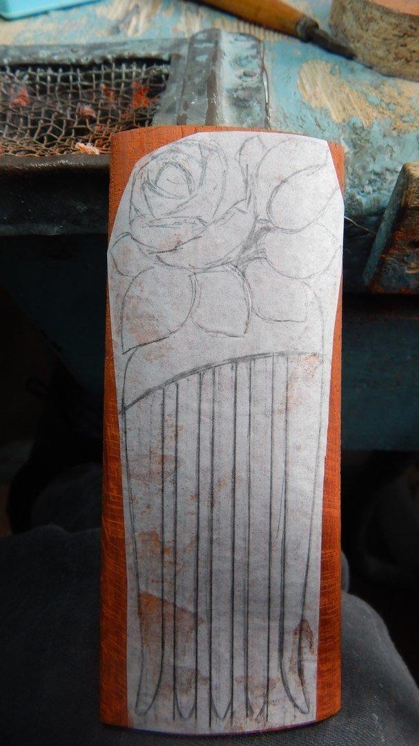 Эскиз деревянного гребня на заготовке из падука