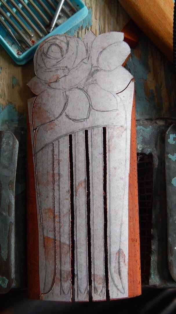 Выпиливание зубцов гребня из древесины падука