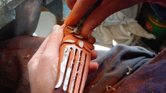 Выпиливание бормашинкой деталей на древесине падука