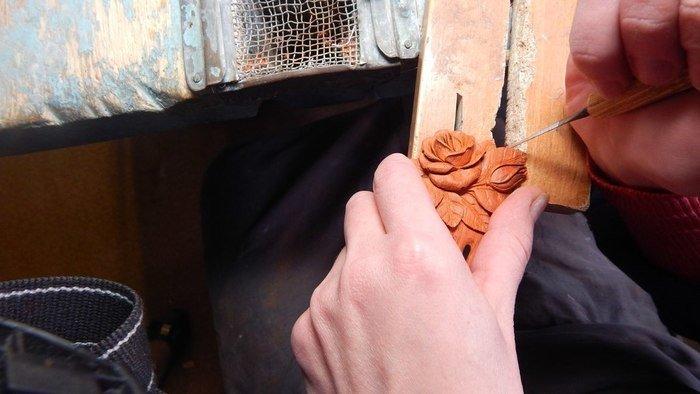 Вырезание деталей на деревянном гребне для волос из падука