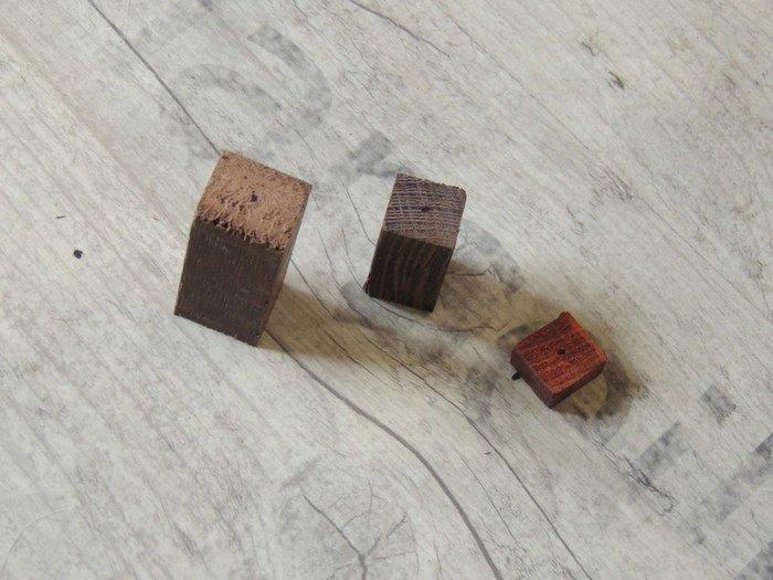 Разметка для сверления отверстия в деревянном бруске