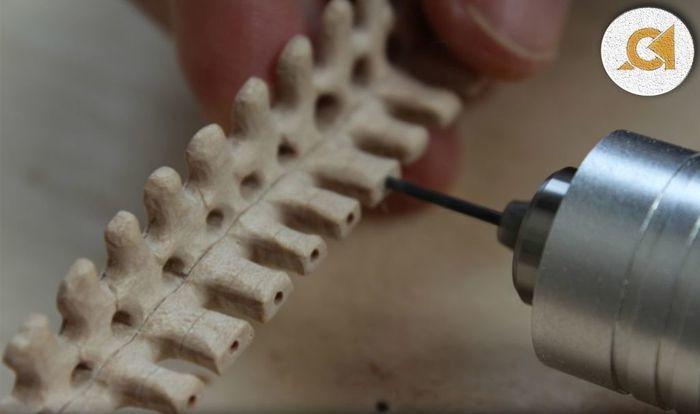 Просверливание деталей деревянного скелета кита