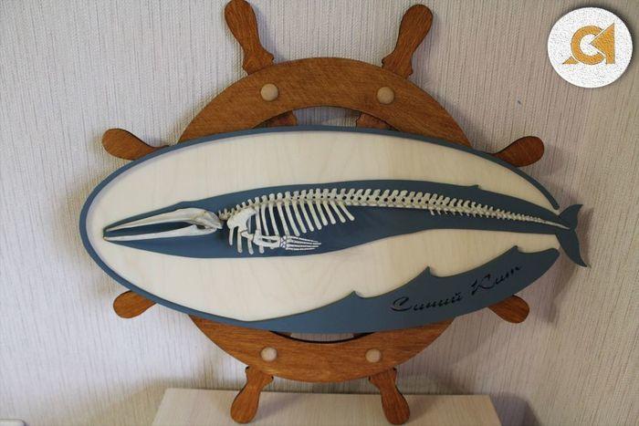 Панно с китом и штурвалом