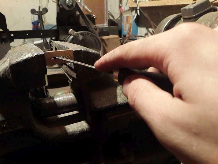 Растачивание отвестия в металлической заготовке надфилем